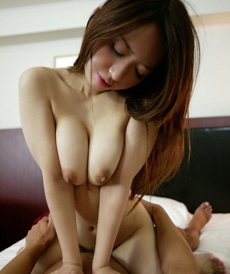 【巨乳SEX画像】騎乗位中の下から眺める巨乳に興奮が治まらないwww 20
