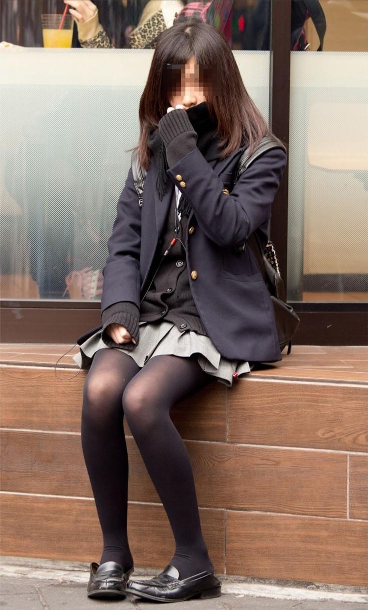 【街撮りJK画像】寒いので黒ストで包まれたJKムチムチ美脚で暖を取るwww 01