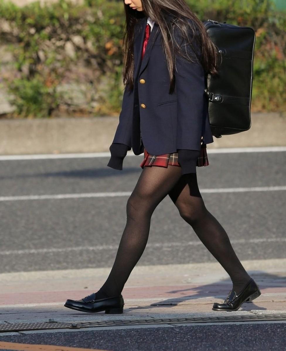 【街撮りJK画像】寒いので黒ストで包まれたJKムチムチ美脚で暖を取るwww 03