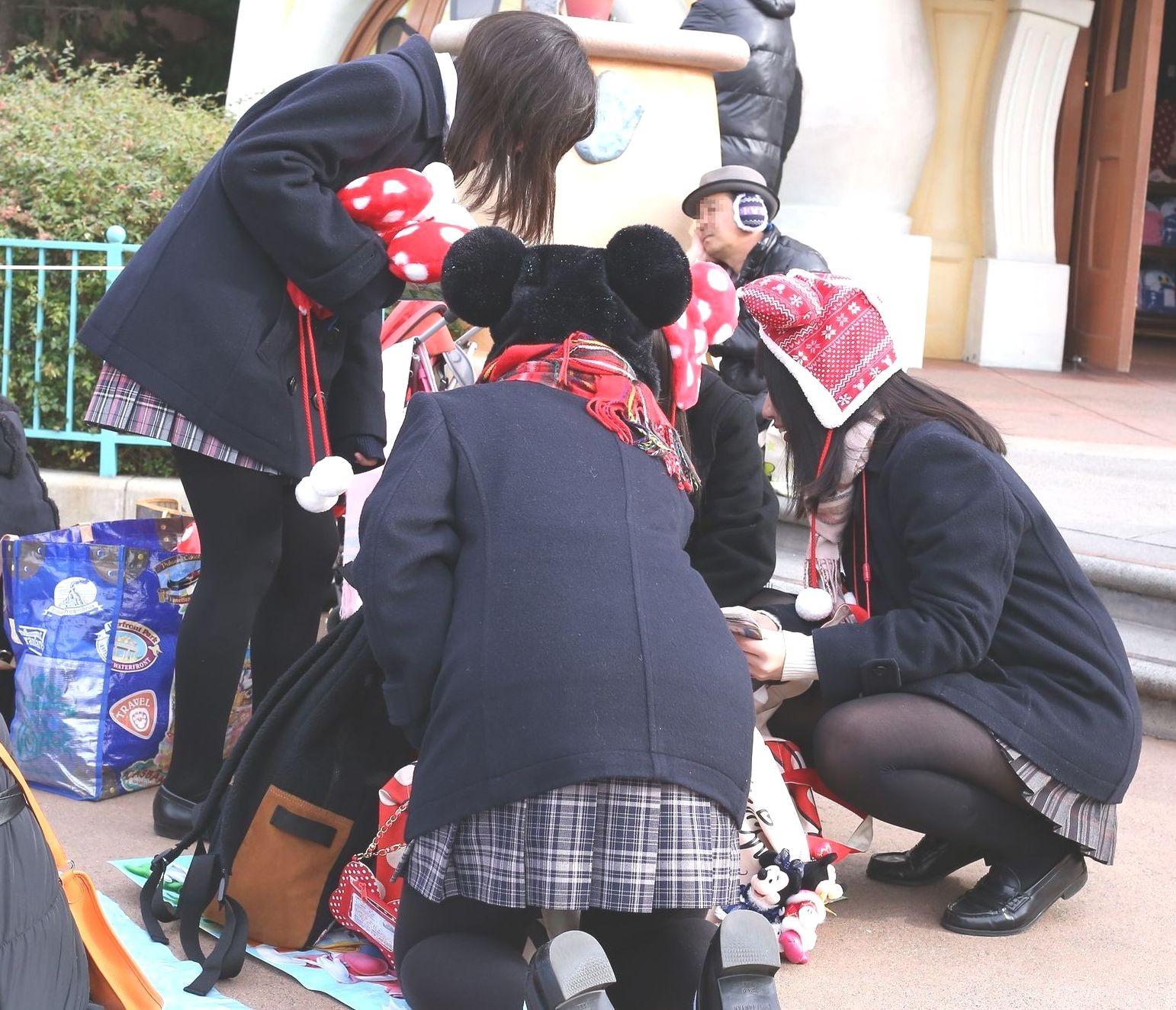 【街撮りJK画像】寒いので黒ストで包まれたJKムチムチ美脚で暖を取るwww 09