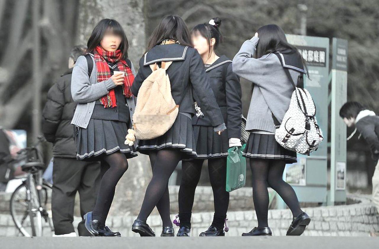 【街撮りJK画像】寒いので黒ストで包まれたJKムチムチ美脚で暖を取るwww 11