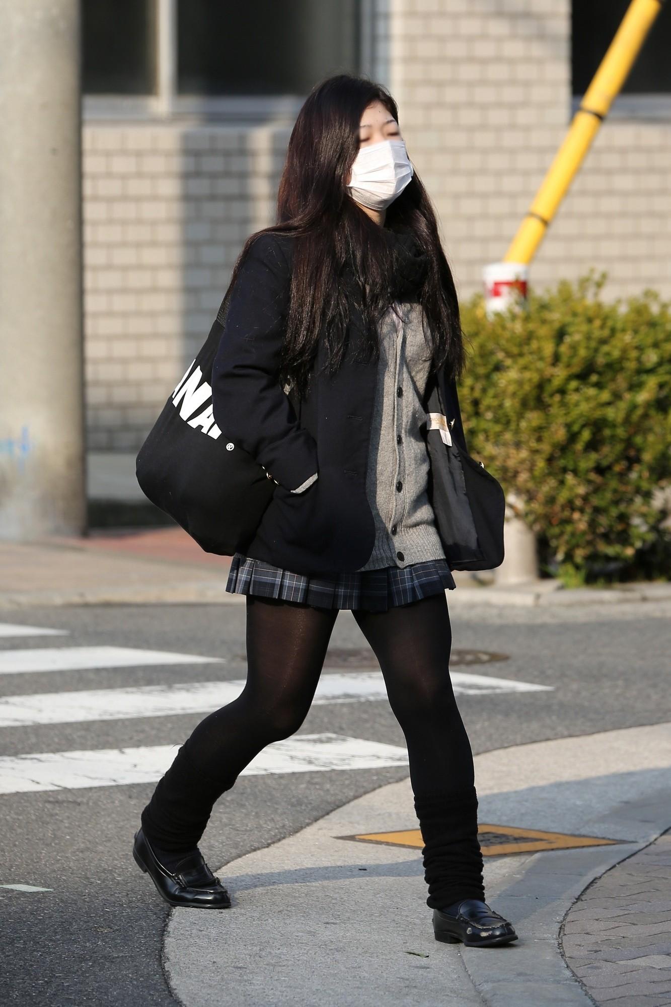 【街撮りJK画像】寒いので黒ストで包まれたJKムチムチ美脚で暖を取るwww 16