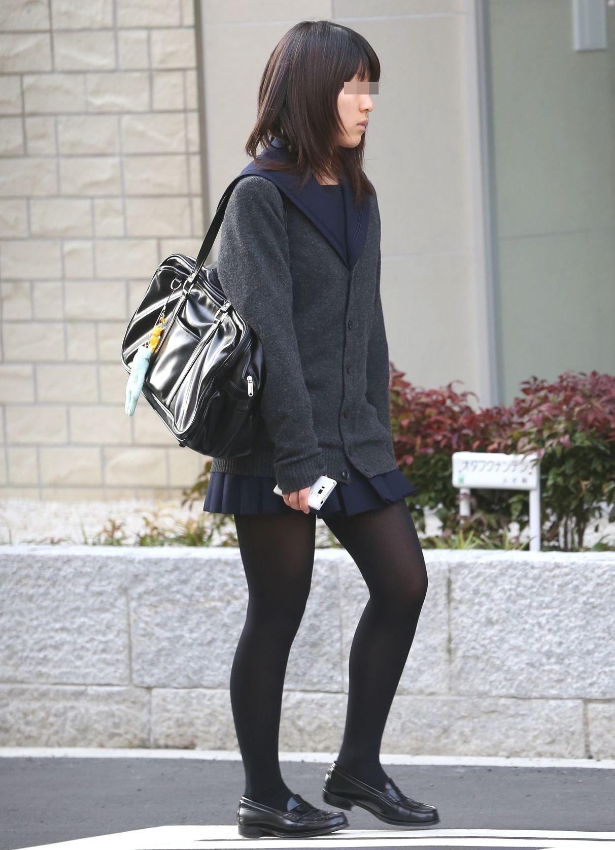 【街撮りJK画像】寒いので黒ストで包まれたJKムチムチ美脚で暖を取るwww 17