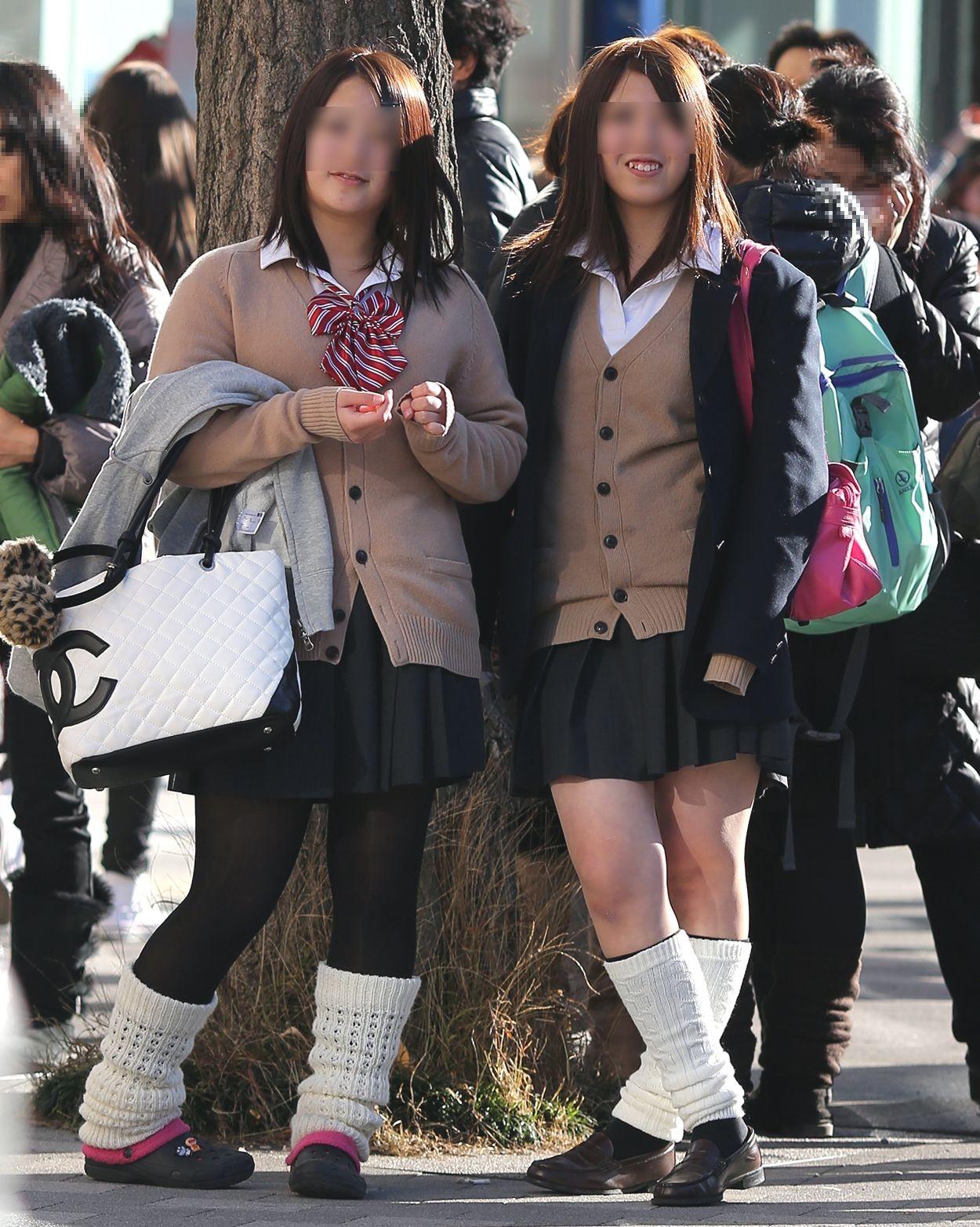 【街撮りJK画像】寒いので黒ストで包まれたJKムチムチ美脚で暖を取るwww 19