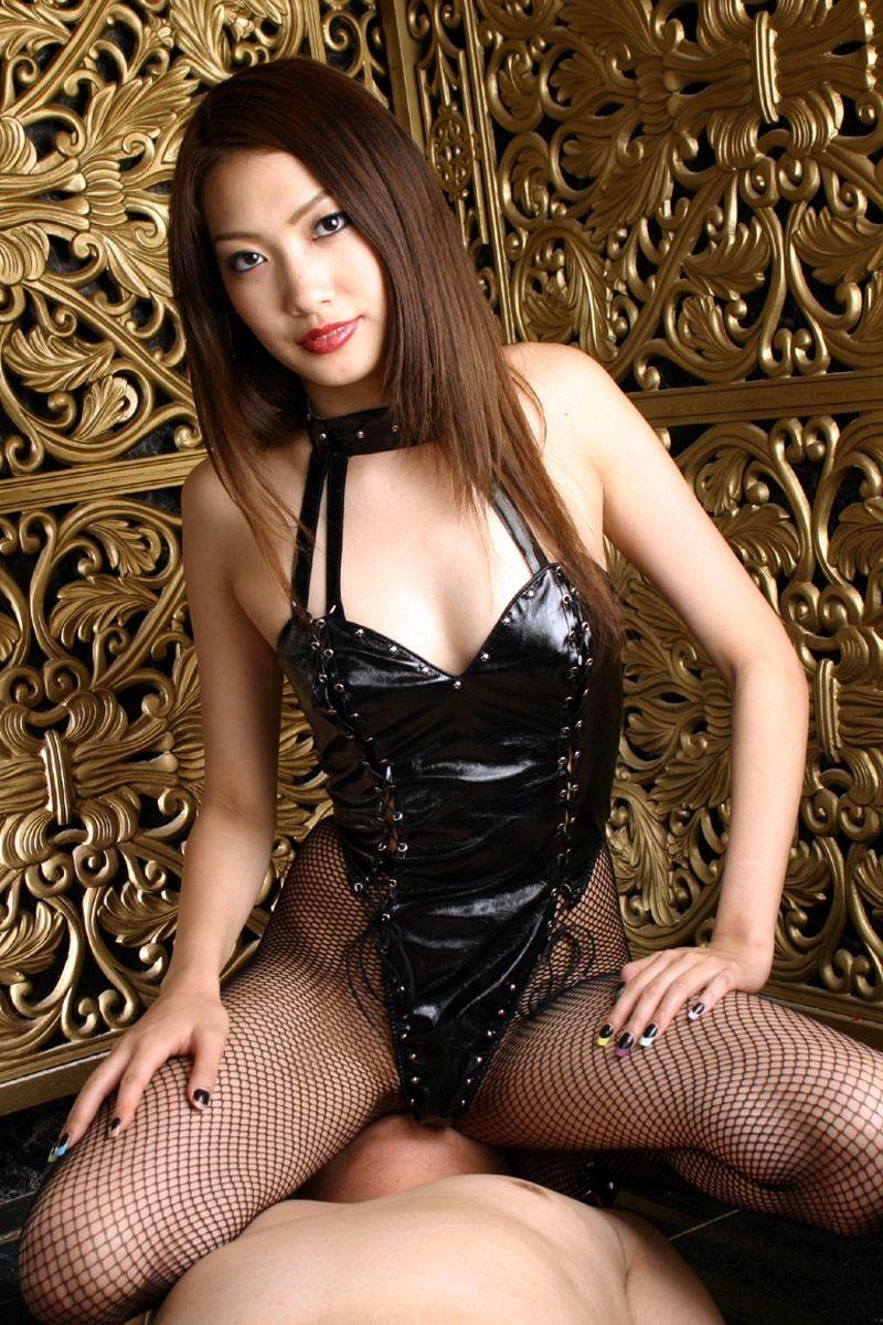 【コスプレエロ画像】セクシーで威圧感も漂うボンデージ美女の画像 06