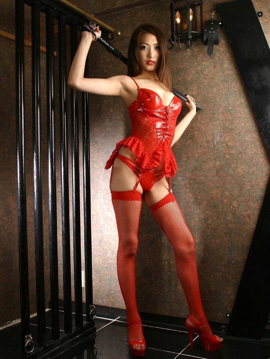 【コスプレエロ画像】セクシーで威圧感も漂うボンデージ美女の画像 07
