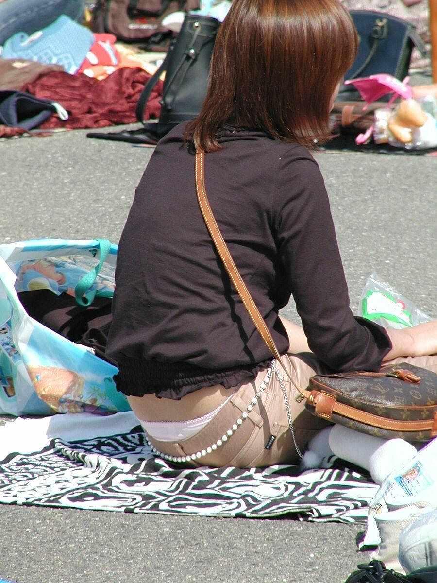 【街撮りパンチラ画像】別にローライズでもないのに裾からハミ出すパンツに興奮www 01
