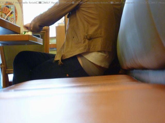 【街撮りパンチラ画像】別にローライズでもないのに裾からハミ出すパンツに興奮www 05