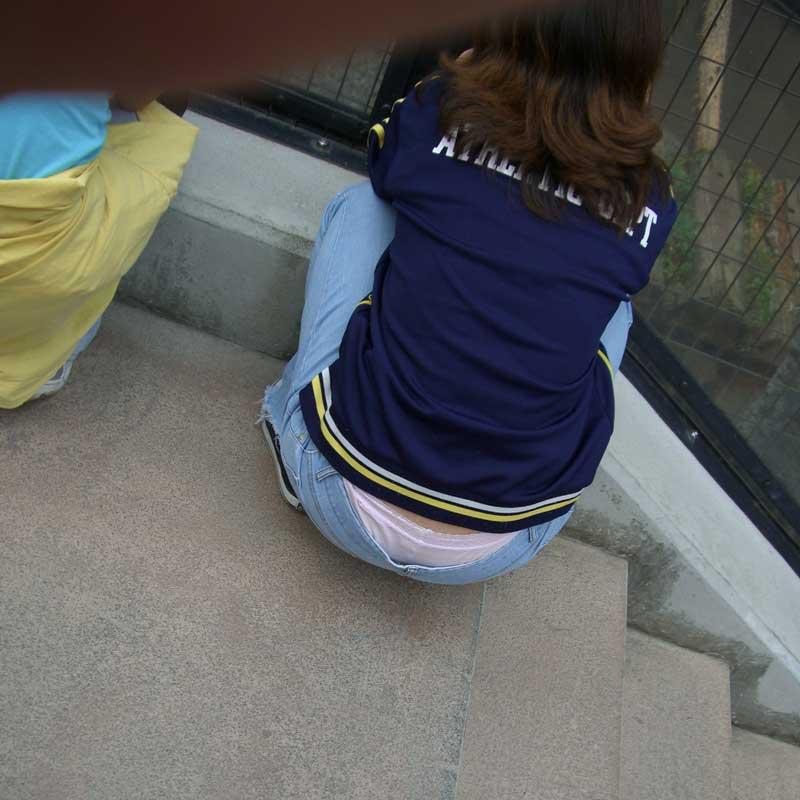 【街撮りパンチラ画像】別にローライズでもないのに裾からハミ出すパンツに興奮www 08