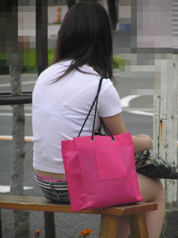 【街撮りパンチラ画像】別にローライズでもないのに裾からハミ出すパンツに興奮www 10