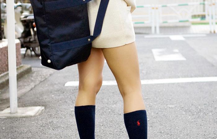 【JK街撮り画像】パンチラの前に重視すべきwww制服女子の健康的にムチムチした太股