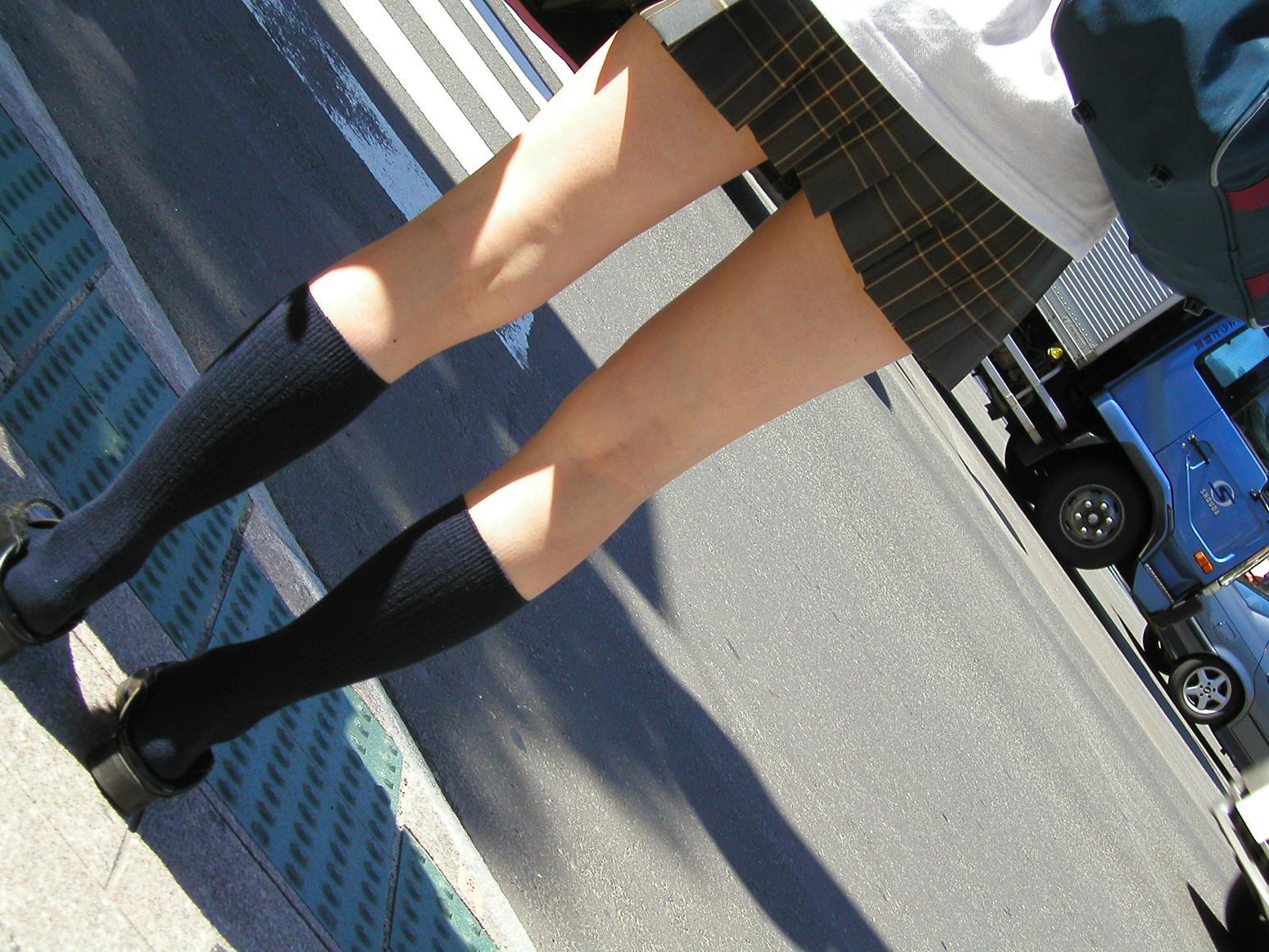 【JK街撮り画像】パンチラの前に重視すべきwww制服女子の健康的にムチムチした太股 03
