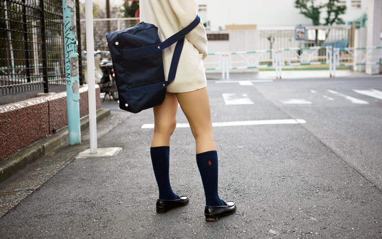 【JK街撮り画像】パンチラの前に重視すべきwww制服女子の健康的にムチムチした太股 08