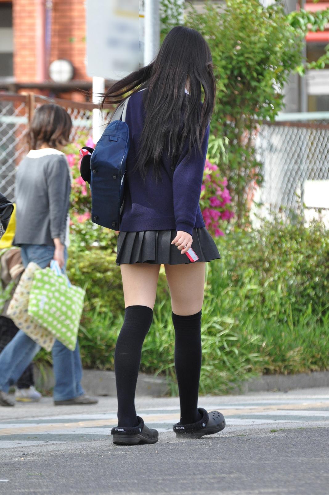 【JK街撮り画像】パンチラの前に重視すべきwww制服女子の健康的にムチムチした太股 19