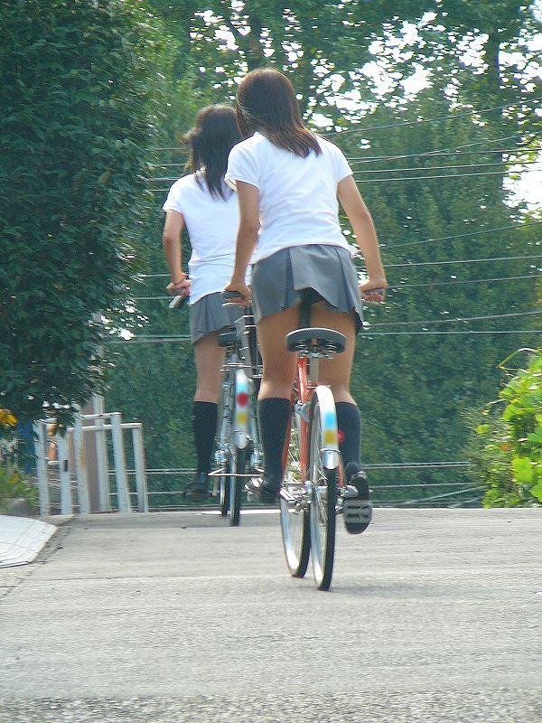 【JKパンチラ画像】通学途中のアクシデントwwwチャリンコ乗ったJKたちのパンチラ 01