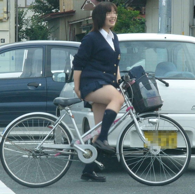 【JKパンチラ画像】通学途中のアクシデントwwwチャリンコ乗ったJKたちのパンチラ 02