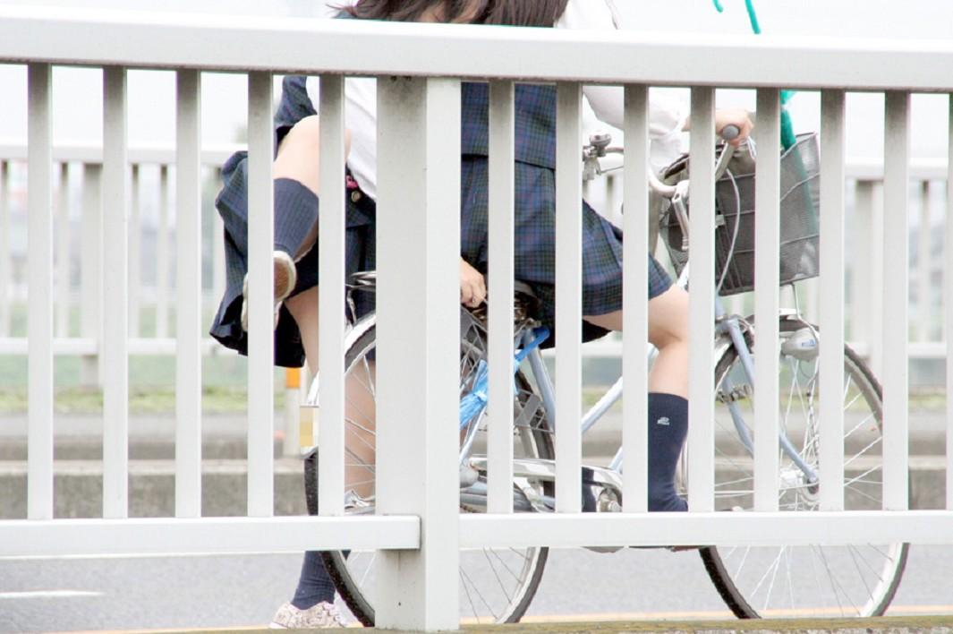 【JKパンチラ画像】通学途中のアクシデントwwwチャリンコ乗ったJKたちのパンチラ 06