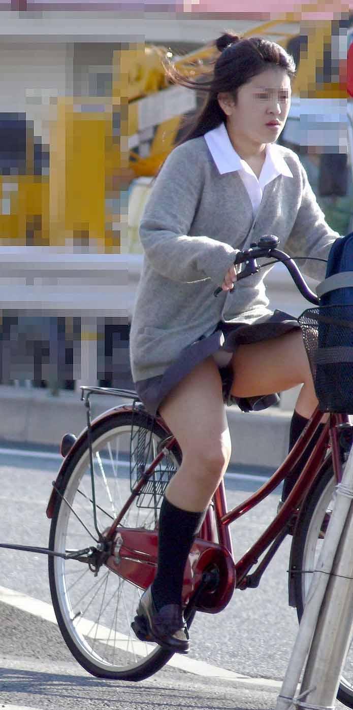 【JKパンチラ画像】通学途中のアクシデントwwwチャリンコ乗ったJKたちのパンチラ 08