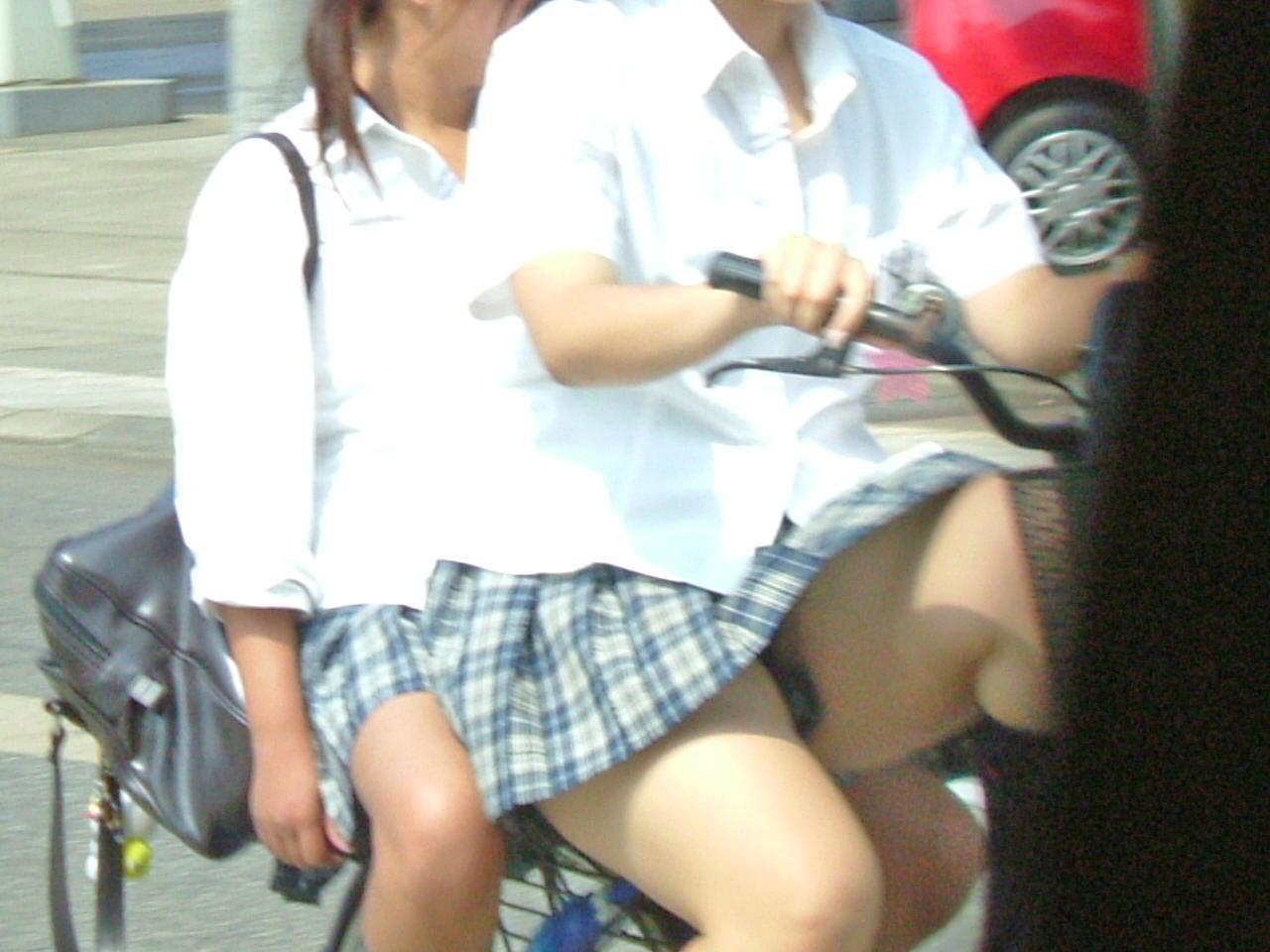 【JKパンチラ画像】通学途中のアクシデントwwwチャリンコ乗ったJKたちのパンチラ 09