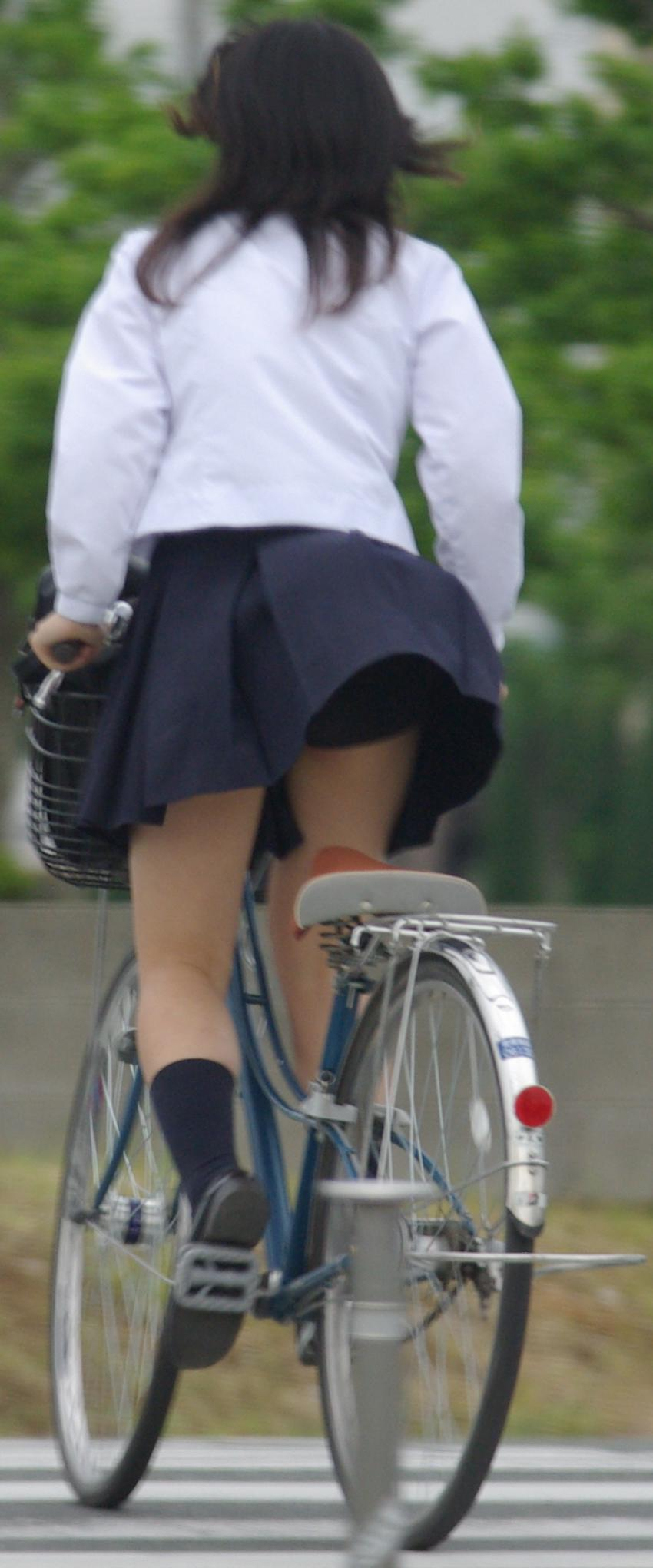 【JKパンチラ画像】通学途中のアクシデントwwwチャリンコ乗ったJKたちのパンチラ 11