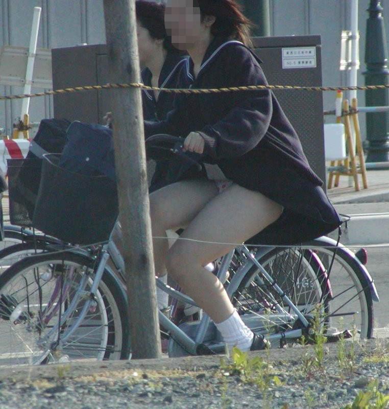 【JKパンチラ画像】通学途中のアクシデントwwwチャリンコ乗ったJKたちのパンチラ 13