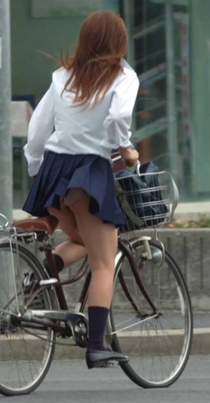 【JKパンチラ画像】通学途中のアクシデントwwwチャリンコ乗ったJKたちのパンチラ 14