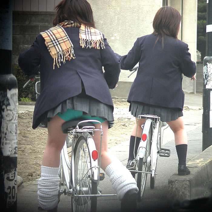 【JKパンチラ画像】通学途中のアクシデントwwwチャリンコ乗ったJKたちのパンチラ 16