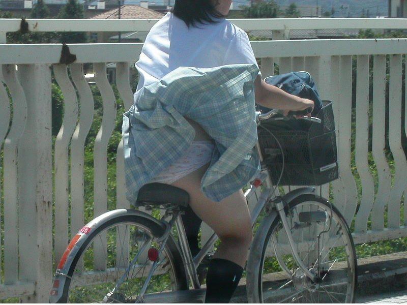 【JKパンチラ画像】通学途中のアクシデントwwwチャリンコ乗ったJKたちのパンチラ 18