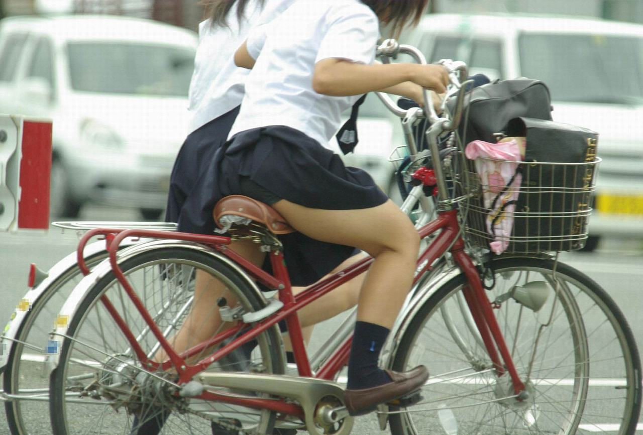 【JKパンチラ画像】通学途中のアクシデントwwwチャリンコ乗ったJKたちのパンチラ 19