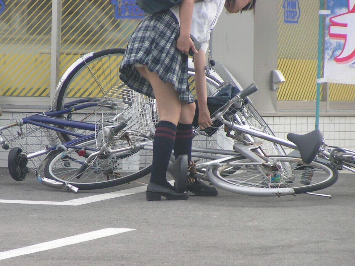 【JKパンチラ画像】通学途中のアクシデントwwwチャリンコ乗ったJKたちのパンチラ 20