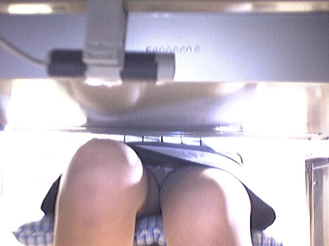 【パンチラ盗撮画像】机の下から持て余し気味な下半身をじっくり覗くwww 03