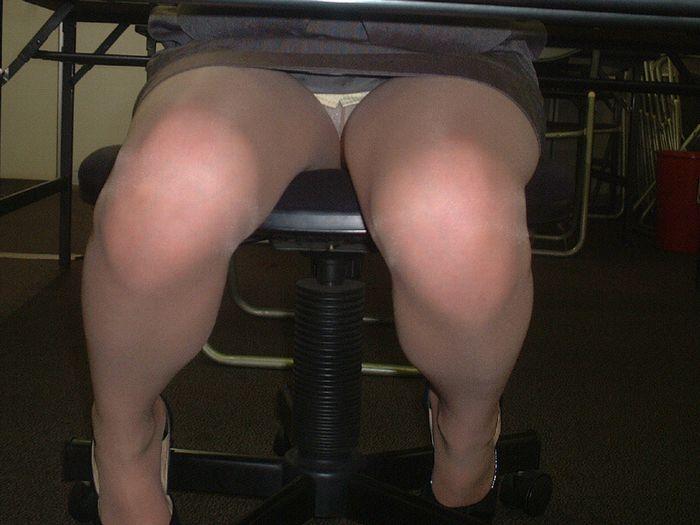 【パンチラ盗撮画像】机の下から持て余し気味な下半身をじっくり覗くwww 08