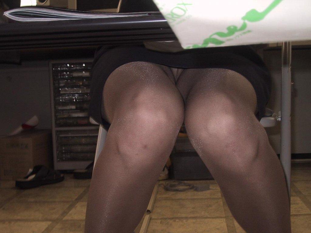 【パンチラ盗撮画像】机の下から持て余し気味な下半身をじっくり覗くwww 09