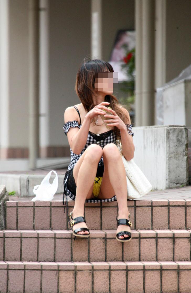 【街撮りパンチラ画像】自然すぎてノーガードwww股間隙だらけな座りパンチラ 16