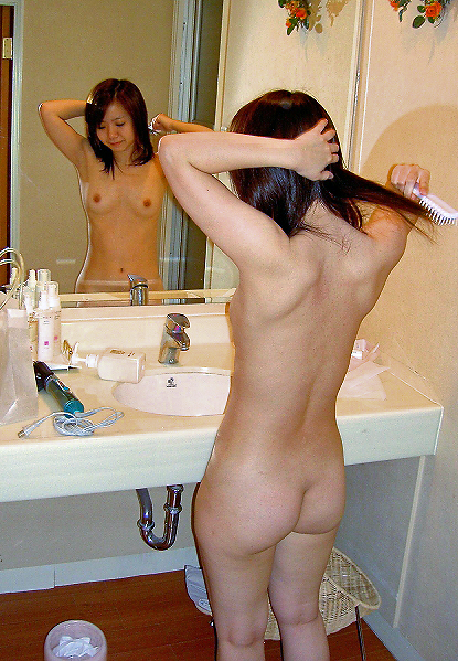 【エロ画像】単純に2倍エロい?鏡に映した美女のカラダ 02