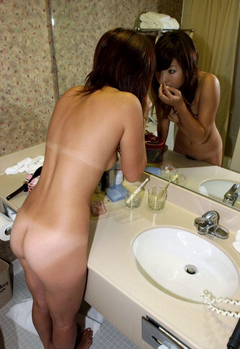 【エロ画像】単純に2倍エロい?鏡に映した美女のカラダ 05