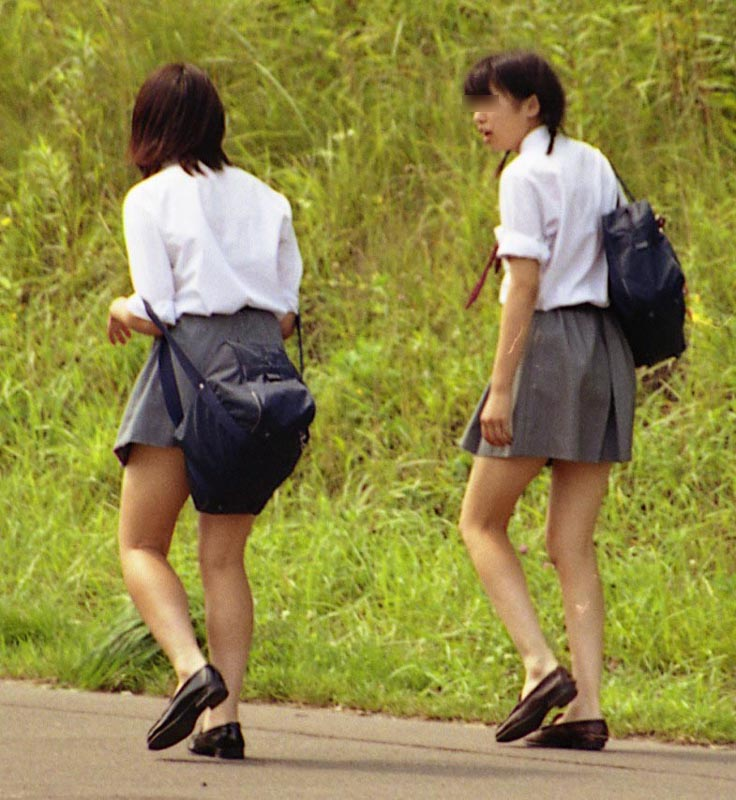 【JKフェチ画像】ルーズソックス邪魔w革靴に素足のJKっていいよねwww 02