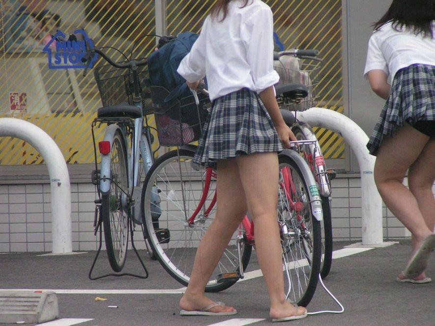 【JKフェチ画像】ルーズソックス邪魔w革靴に素足のJKっていいよねwww 03