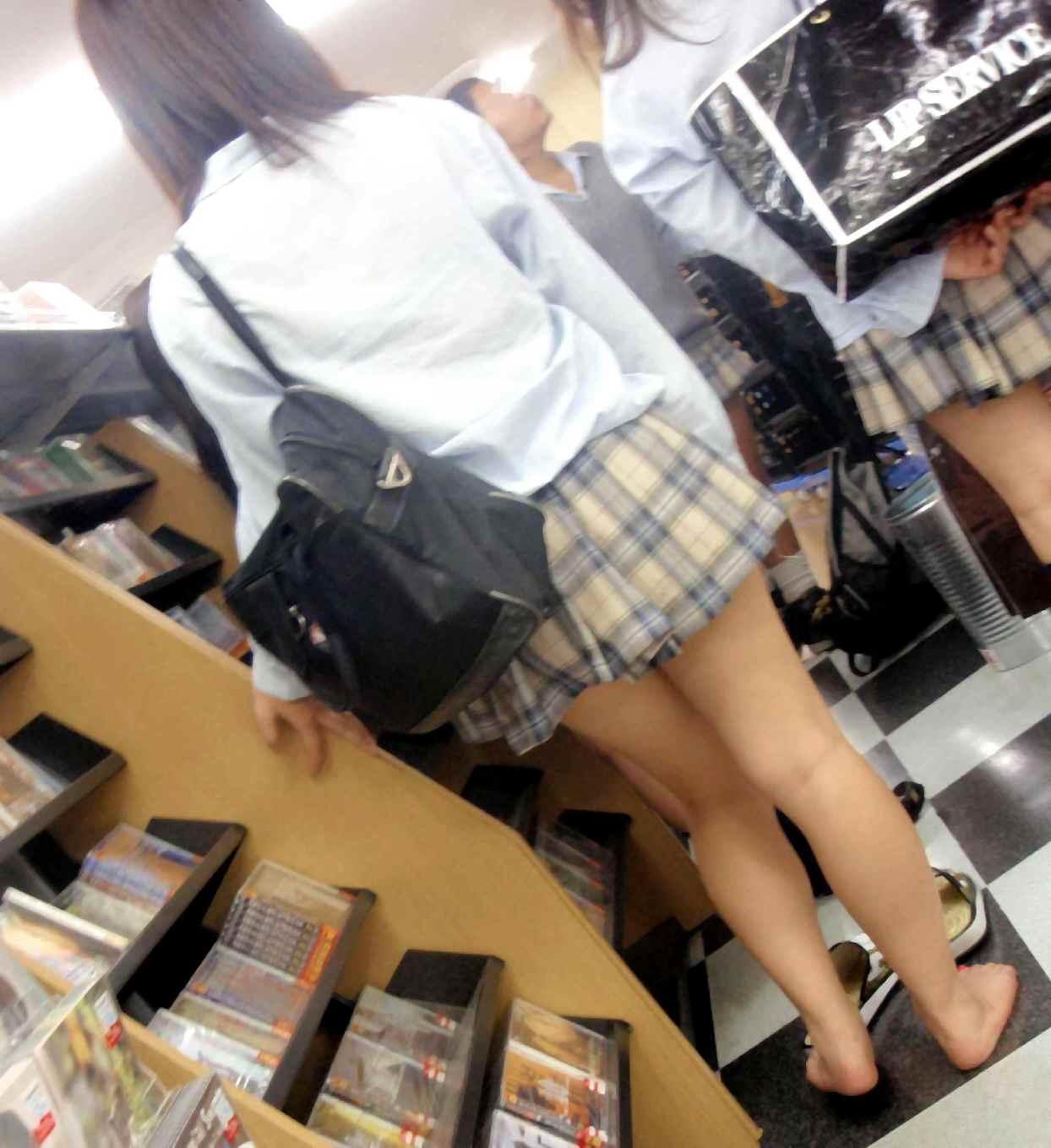 【JKフェチ画像】ルーズソックス邪魔w革靴に素足のJKっていいよねwww 06