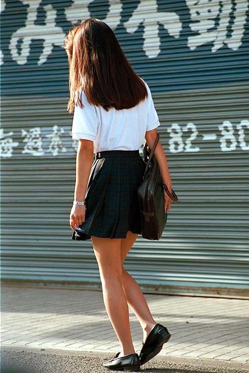 【JKフェチ画像】ルーズソックス邪魔w革靴に素足のJKっていいよねwww 07