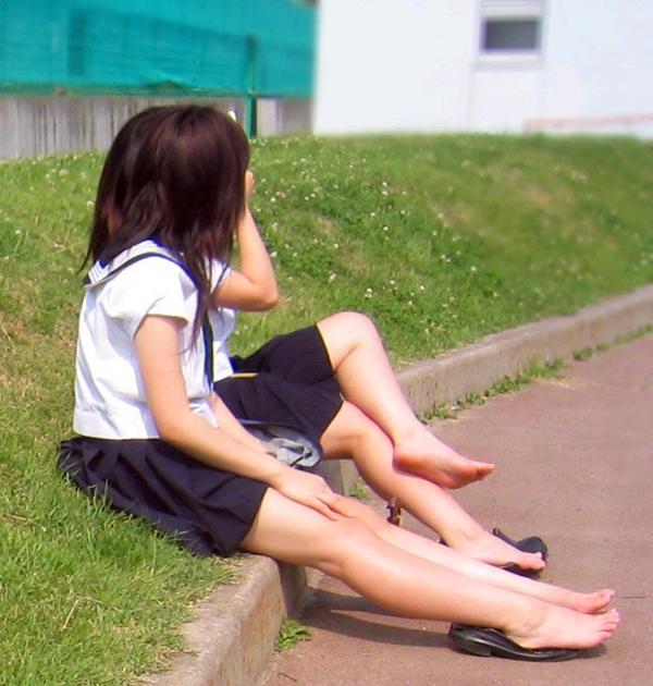 【JKフェチ画像】ルーズソックス邪魔w革靴に素足のJKっていいよねwww 17