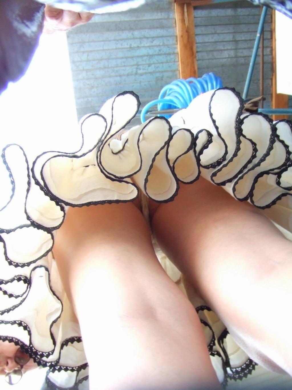 【パンチラ逆さ撮り画像】ハミ毛はたしなみwww素人Tバックに大接近 10