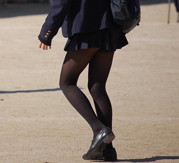 【JKフェチ画像】黒タイツ・黒スト着けたJKを見て冬を感じるwww 01
