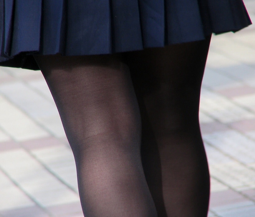 【JKフェチ画像】黒タイツ・黒スト着けたJKを見て冬を感じるwww 02
