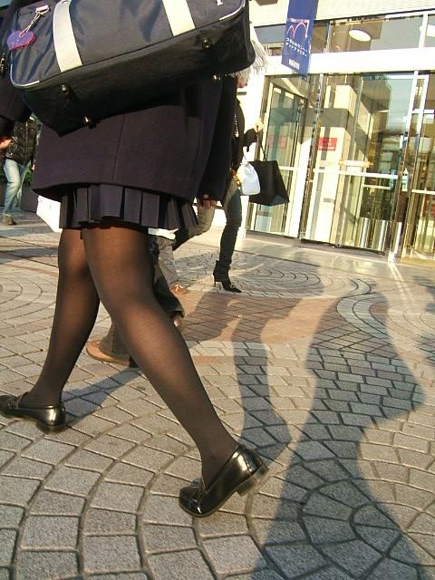【JKフェチ画像】黒タイツ・黒スト着けたJKを見て冬を感じるwww 04
