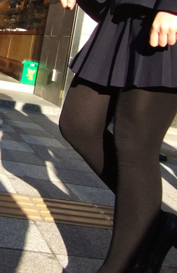 【JKフェチ画像】黒タイツ・黒スト着けたJKを見て冬を感じるwww 06