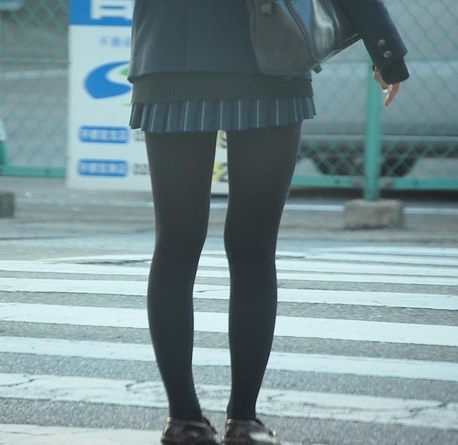 【JKフェチ画像】黒タイツ・黒スト着けたJKを見て冬を感じるwww 07
