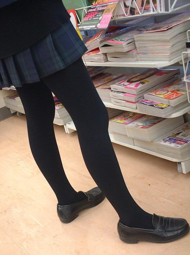 【JKフェチ画像】黒タイツ・黒スト着けたJKを見て冬を感じるwww 09