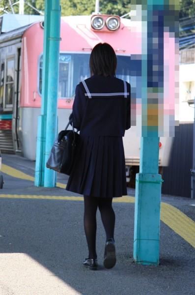【JKフェチ画像】黒タイツ・黒スト着けたJKを見て冬を感じるwww 10