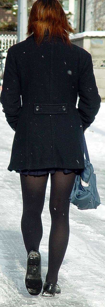 【JKフェチ画像】黒タイツ・黒スト着けたJKを見て冬を感じるwww 11